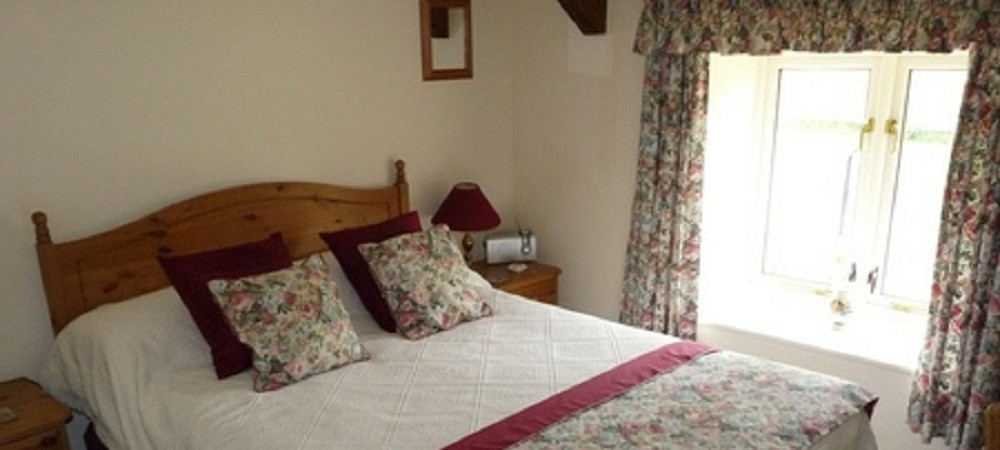 Character Farm Cottages - Chestnut double bedroom