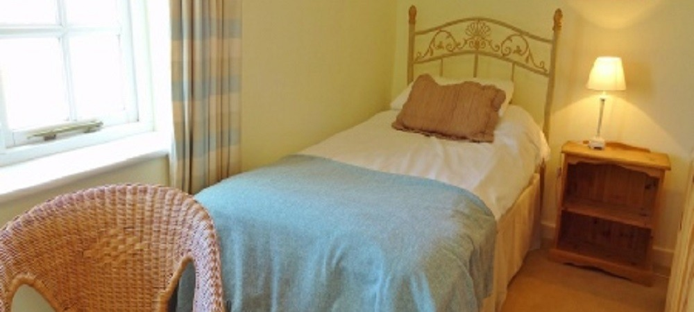 Character Farm Cottages - Swallows single bedroom