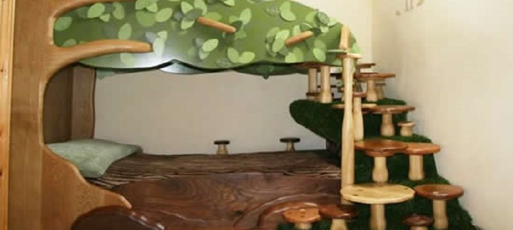 Higher Lank Farm Humpty Dumpty Cottage tree bed