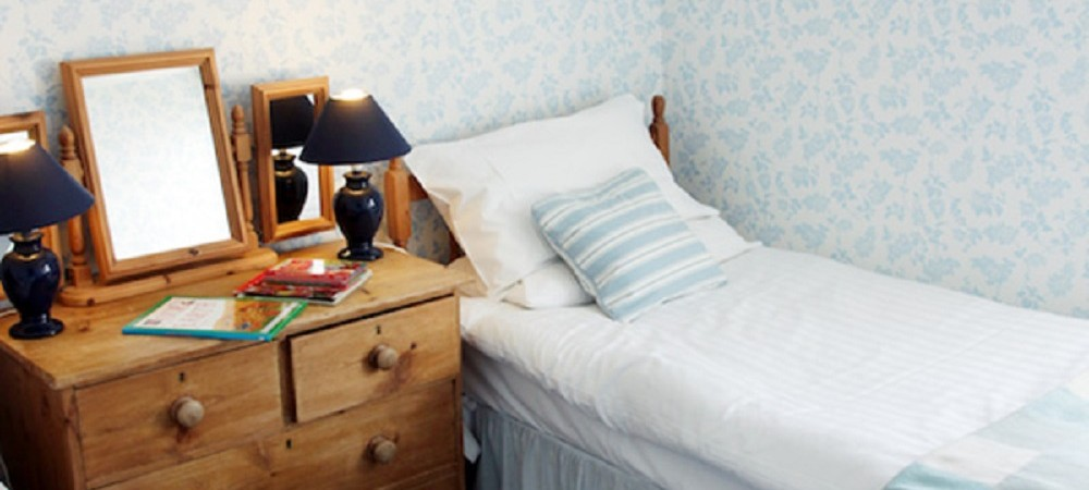 Pollaughan Farm Holiday Cottages Farmhouse twin bedroom