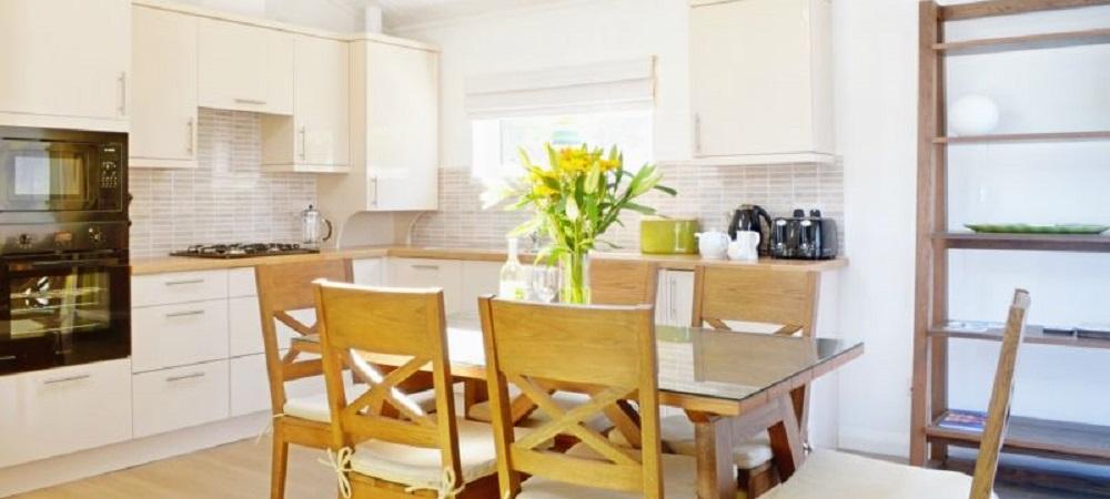 Bovisand Lodge Holiday Park Devon - Lodges Bovis and Bracken dining area